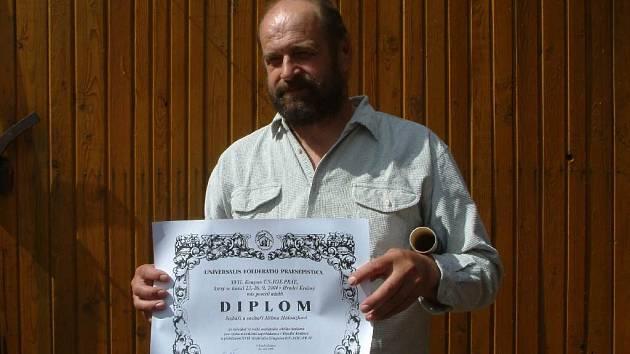 Jiří Halouzka s certifikátem.