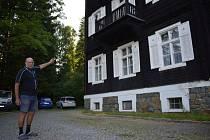 Pavel Nový z tohoto balkonu Slezského domu v Karlově Studánce opakovaně skočil do hromady krabic. Získal si tím pověst herce, který se v nebezpečných scénách obejde bez kaskadéra.