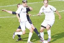 Fotbalisté Krnova v Dětmarovicích vedli a diktovali tempo. Po přestávce se ale úplně sesypali. Na snímku Miroslav Daříček (vlevo) a Roman Švrček obírají soupeře o míč.