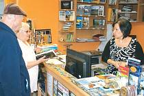 Informační centrum funguje na náměstí Míru při Městském muzeu Rýmařov. O radu stačí požádat pracovnici Jitku Šašinkovou (vpravo).