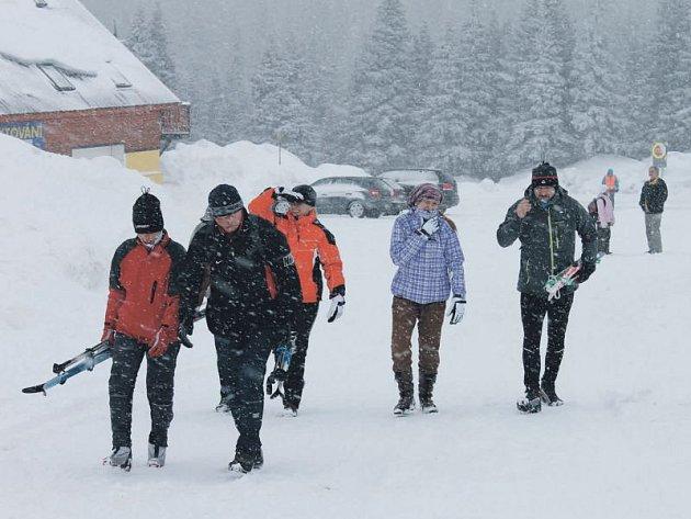 Začátek lyžařské sezony byl sice opožděný, ale nyní si lyžaři mohou užívat do sytosti. Sněhu je dost. Snímek je z úterý z Ovčárny.