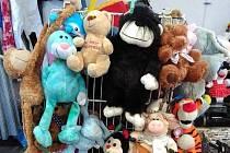 Plyšové hračky, výtěžek z jejich prodeje jde na pomoc opuštěným zvířatům.