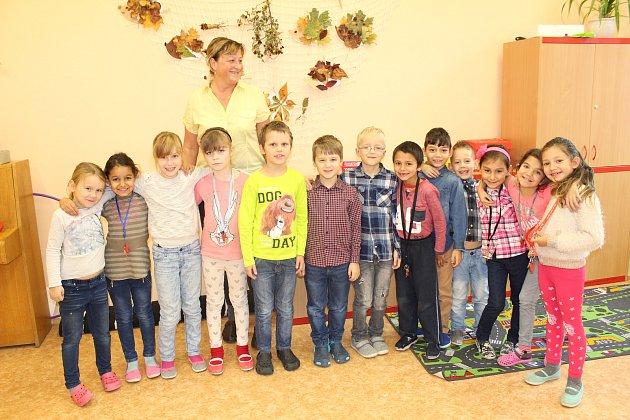 Prvňáčci z1. B ze Základní školy Bruntál, Školní 2se svou třídní učitelkou Zuzanou Bartlovou.