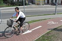 Cyklostezky jsou novým fenoménem, na který si Krnované teprve začínají zvykat. Zdá se, že soužití cyklistů a chodců, bude větším problémem, než se předpokládalo. Dřív je od sebe spolehlivě odděloval obrubník.