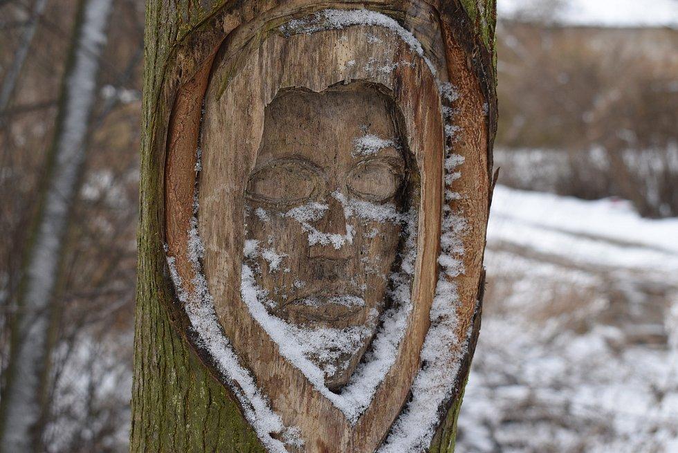 Tábořiště polských vojáků před pelhřimovskou kapličkou označuje tajemná tvář vyřezaná do stromu.