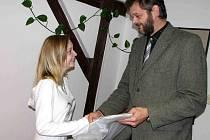 Veroniku Wišinskou podporuje ve studiu i missím soutěžení i rýmařovská radnice, osobně se jí ujal místostarosta Jaroslav Kala.