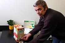 Tomáš soška čepuje svůj biomošt. Kromě toho, že šťáva skvěle chutná, má i dlouhou trvanlivost.