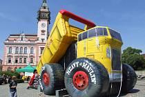 Nafukovací auto, které vysypává hromady odpadků, může sloužit jako skluzavka i skákací hrad.