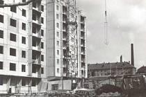 Pokračující výstavba bytových domů na Pionýrské ulici v Bruntále.