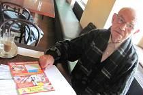 Přestože Antonín Botek už má 89 let, sám se vypravil do Roudnice nad Labem zjišťovat, proč se mu doporučené dopisy a balíky adresované firmě Arte Note vrací zpět jako nedoručitelné.