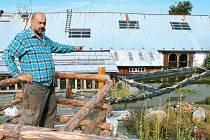 Vybudujte si záchytné nádrže na dešťovou vodu a máte čím zalévat stromy, keře, květiny a záhonky, radí řezbář Jiří Halouzka z Jiříkova. Ve své galerii postavil už několik takových nádrží a dvě ještě na podzim udělá.