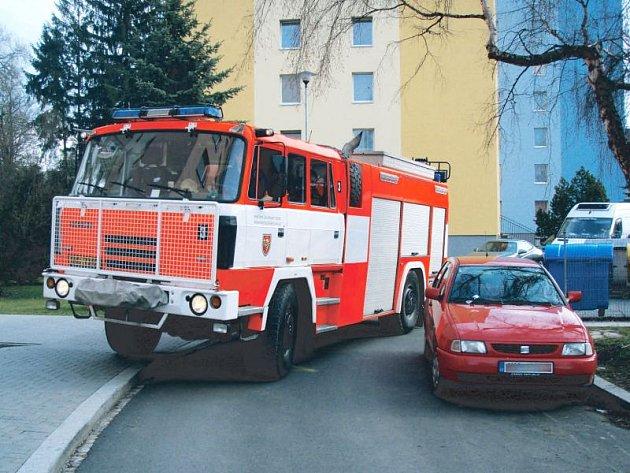Pokud by hořelo v některém z panelových domů na Dukelské ulici v Rýmařově, hasiči by se tam s těžkou záchranářskou technikou dostali jen stěží.