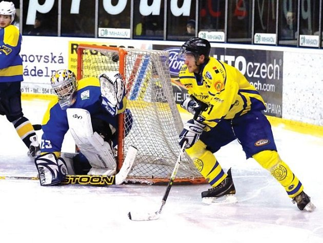 Krnovští hokejisté doma neuspěli. Na snímku se útočník Tomáš Kubík snaží ohrozit gólmana Studénky Rostislava Medka.