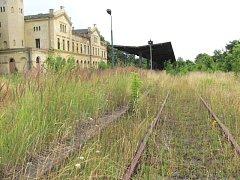 Zrušená polská trať z Hlubčic do Raclawic láká fanoušky železnic i české sběrové zloděje. Bylo by možné na ní obnovit provoz nebo ji částečně využít k prodloužení Osoblažky do Polska.