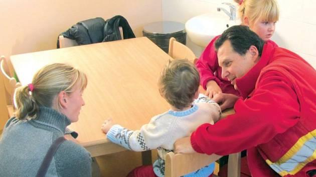 První děti si nemocniční školku přišly vyzkoušet hned po otevření 2. ledna 2014. Školka, která dostala jméno Sdružeňáček, má po roce provozu kapacitu zaplněnou.