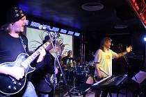 Krnovská kapela Od podlahy 17. listopadu rozdávala radost v klubu Kofola na oslavách svobody a demokracie. Nyní se do Kofoly vrací pokřtít své první album.