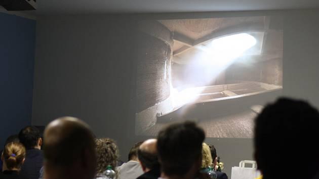 Krnov proslavily kytary Rieger – Kloss. Oblé křivky uvnitř kytar a světlo shora inspirovaly architekty při úvahách o nové podobě Prioru. Navrhli galerii s oblým schodištěm, která do Prioru přivádí světlo shora.