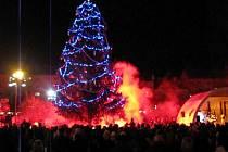Vánoční strom na Hlavním náměstí v Krnově se slavnostně rozsvítil ve středu 9. prosince 2009.