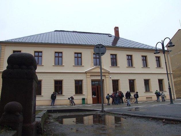 Krnovská školní jídelna se probojovala mezi finalisty soutěže  Fasáda Moravskoslezského kraje. Budova pochází z roku 1855 a původně sloužila jako sídlo okresního soudu a věznice.