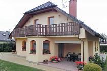 Chrizanti Schmidtová přihlásila do soutěže Šedivé či zelené tento půvabný rodinný domek na Karbenské ulici a vyhrála.