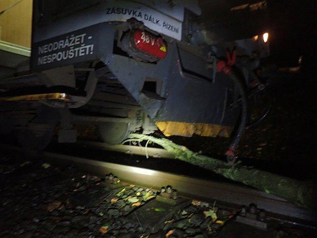 Ranní vlak ve středu uZátoru najel na menší strom, který vítr shodil na koleje. Provoz na trati do Krnova bylo nutné zastavit a přivolat hasiče, ale větší škoda nevznikla.