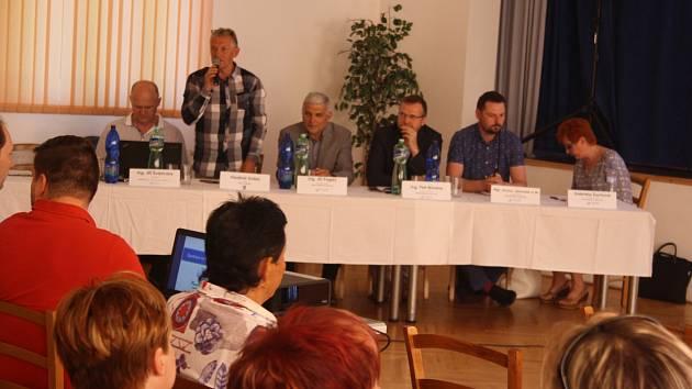 Starosta Brantic Vladimír Dofek přivítal ve své obci zástupce Povodí Odry. Místní občany v diskusi zajímalo, zda krajina odlesněná kůrovcovou kalamitou dokáže zadržovat vodu.