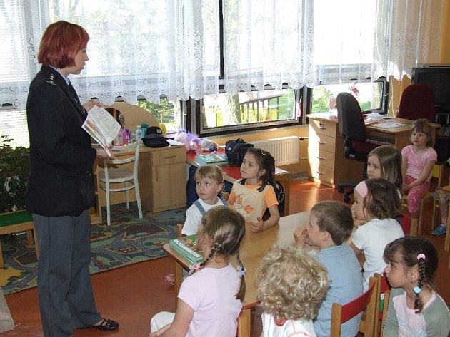Policejní preventisté zavítali do mateřských škol ocenit nejlepší malíře záchranářských aktivit.