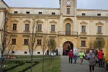 Kateřinské trhy na zámku ve Slezských Rudolticích letos provázelo obzvlášť nevlídné počasí. Promrzlí stánkaři co chvíli museli zvedat poutače povalené větrem nebo spravovat utrženou plachtu.