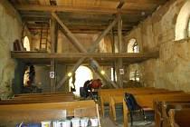 Kostel v Pelhřimovech zadarmo opravují dobrovolníci z tábora Blažené Osoblažsko.