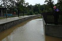 Ladislav Dobrovolný upozornil záchranáře, že část Kostelec ohrožuje voda, která si našla cestu dírou v hrázi po protlaku kanalizace.