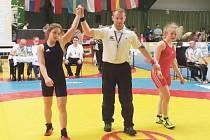 Krnovská zápasnice Anna Michalcová (vlevo) se v Německu dostala až do finále, tam však po velké křivdě prohrála.