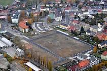 Letecký snímek ukazuje celou plochu o rozloze 2,7 hektaru v bývalých kasárnách, která byla přeměněna na stavební pozemky.