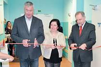 Slavnostní otevření zmodernizovaného oddělení sociální péče proběhlo v rýmařovské nemocnici. Pásku přestřihli zleva starosta Rýmařova Petr Klouda, místopředsedkyně představenstva nemocnice Irena Orságová a předseda představenstva nemocnice Marián Olejník.