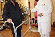 Vyšetření a léčbu s pomocí nového přístroje hradí pojišťovny, není potřeba doporučení praktického ani odborného lékaře.