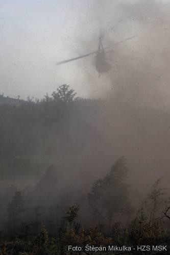 Požár dvou hektarů mladého lesního porostu v nepřístupném terénu na okraji Bruntálu.