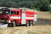 Zásah hasičů u požáru pěti hektarů pole s obilím u obce Hošťálkovy na Bruntálsku.
