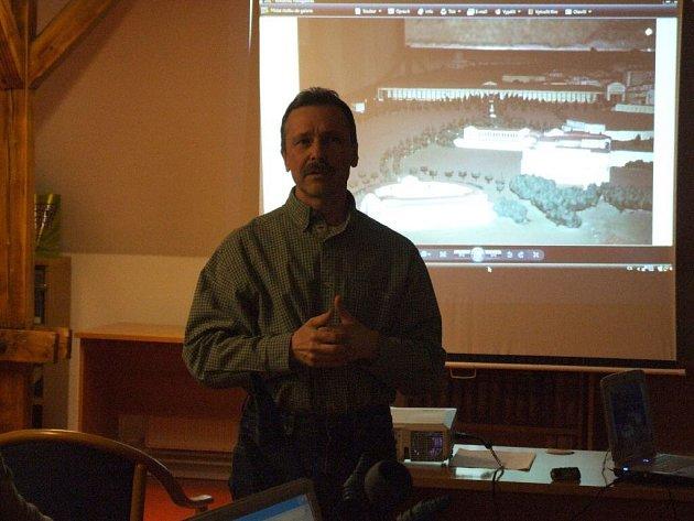 Radek Pavlačka během přednášky.