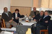 SETKÁNÍ po padesáti letech ve Svobodných Heřmanicích proběhlo 17. února. Na  projekty Permon vzpomínali Jan Josef Dvořáček a Magda Dvořáčková (vlevo) a Ivan Kratochvíl s Miroslavem Lošákem (vpravo). Mezi nimi uprostřed sedí sponzor setkání Milan Gajdošík.