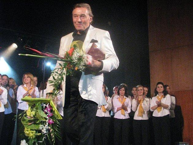Květiny, dárky a podpisy, tak vypadal závěr koncertu. Krnované si vytleskali několik přídavků. Karlu Gottovi, jeho hudebnímu doprovodu a sboru Ars Voce tleskalo zaplněné divadlo dlouhé minuty ve stoje.