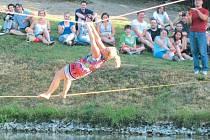 Chůze po laně je oblíbenou disciplínou obyvatel obce Dlouhá Stráň. Každoročně se tomuto napůl sportovnímu rozmaru oddávají nad tamním rybníkem u kostela.