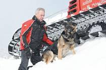 Jaroslav Sembdner s německým ovčákem Donem. Pes se svým pánem pomáhají Horské službě. Don je v současnosti jediný služební pes v Jeseníkách, který je cvičený na vyhledávání lidí pod lavinami.