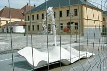 Skulptura Lungo Mare z dílny předních světových designerů byla zvolena pro krnovské Smetanovy sady, aby kašna byla pěkná i v době, kdy nebude v provozu.