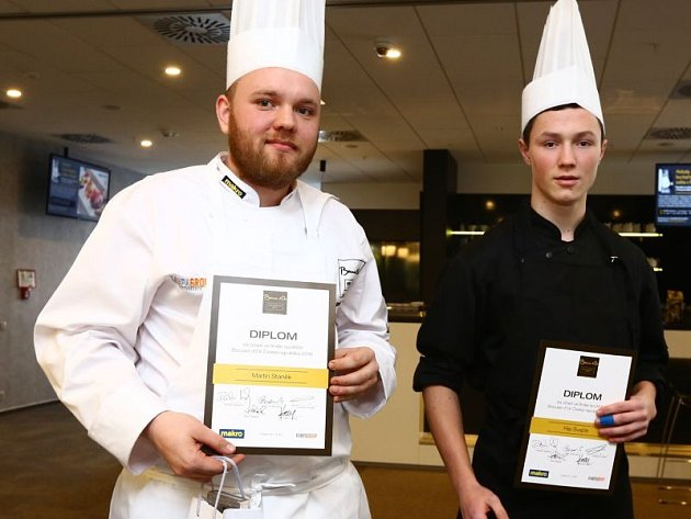 Kuchař Martin Staněk (vlevo) se svým pomocníkem Filipem Švajčíkem drží v ruce diplomy za nejlepší rybí pokrm.