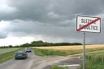 V červenci byl dokončen poslední úsek silnice mezi Slezskými Rudolticemi a polskou obcí Równe. Díky této nové zkratce přes Polsko si lze zkrátit cestu z Krnova do Slezských Rudoltic na polovinu.