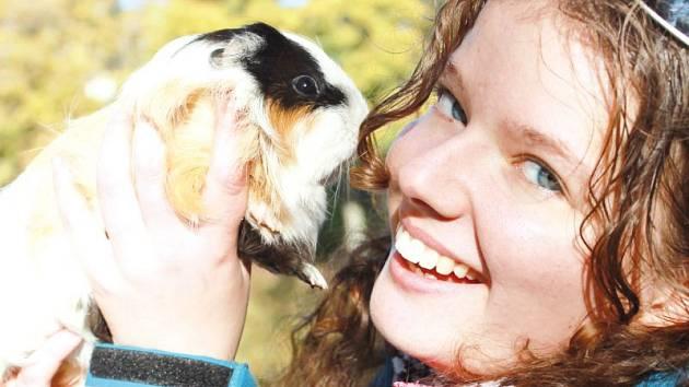 Tereza Šigutová svůj život zasvětila záchraně zvířat. Na výstavy jezdí s morčaty a králíky po celé České republice.