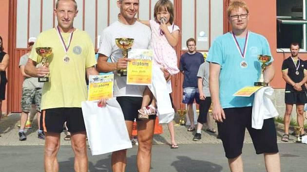 Tři nejlepší nad 35 let, kteří absolvovali závod s dýchacím přístrojem jako zátěží. Uprostřed vítěz Marcin Zdieblo z KM PSP Zory ( Polsko), vlevo        Josef Palát z HZS Valašské Meziříčí, vpravo Miroslav Hanel z SDH Darkovice.