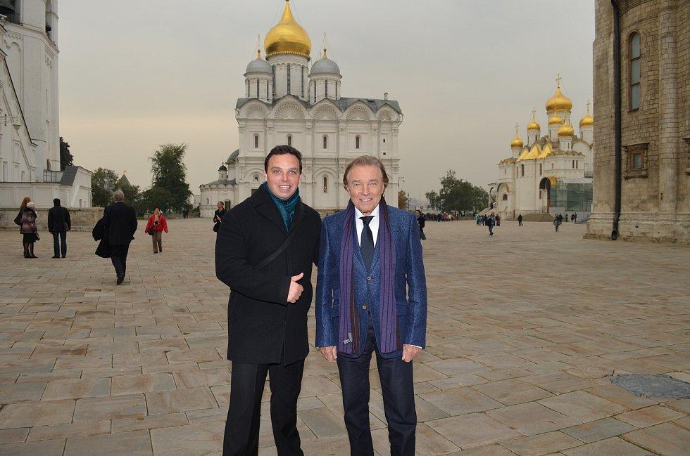 S Karlem Gottem procestoval novinář Jiří Krušina (vlevo) kus světa. Mistr byl ale nejraději stejně doma.