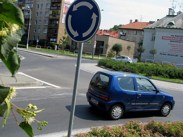 Do letošního ročníku celostátní dopravní soutěže Cesty městy se přihlásil také Krnov. Jako inspiraci ostatním na zklidnění a zvýšení bezpečnosti dopravy své kruhové objezdy vybudované v letech 2001 a 2002. Na snímku kruhový objezd u Albrechtické ulice.