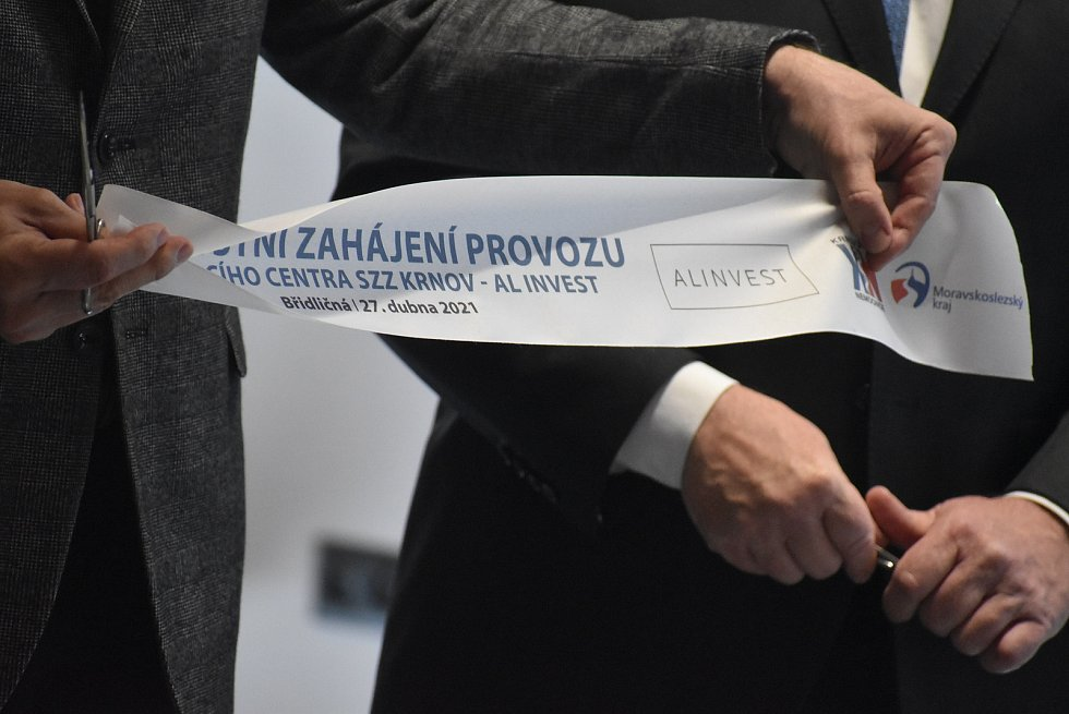Duben 2021: Slavnostní otevření očkovacího střediska v areálu AL INVESTu Břidličná se zúčastnil také hejtman Ivo Vodndrák.