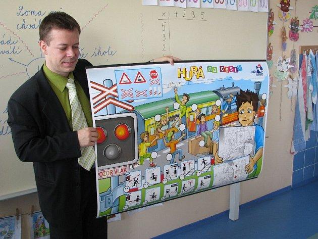 Generální inspektor Drážní inspekce, se nedávno vrátil do krnovské Základní školy na Janáčkově náměstí, kterou sám před lety jako žák navštěvoval.